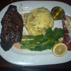Photo taken at Houlihans by Marvin T. on 8/24/2012