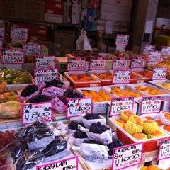 Photo taken at 築地市場 (Tsukiji Fish Market) by Ernesto P. on 10/25/2011