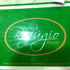 Photo taken at Refúgio Pizzaria by Regina Maura Z. on 5/6/2012