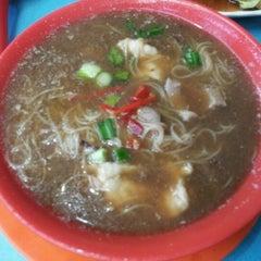 Photo taken at Seng Kee Black Herbal Chicken Soup 成基黑鸡补品 by Aunty D. on 12/13/2011