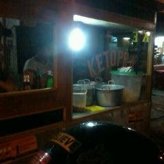 Photo taken at Ketoprak malam by Firdaus Enda S. on 8/24/2012
