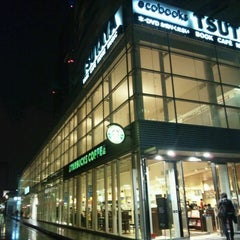 Photo taken at Starbucks Coffee TSUTAYA 横浜みなとみらい店 by Makoto H. on 4/13/2012