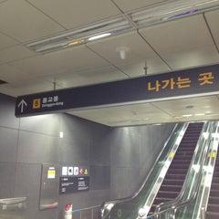Photo taken at 홍대입구역 (Hongik Univ. Stn.) by Young Kwon K. on 5/21/2012