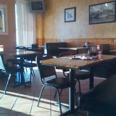 Photo taken at Sal's Pizzeria & Bistro by Yarixa R. on 6/2/2012