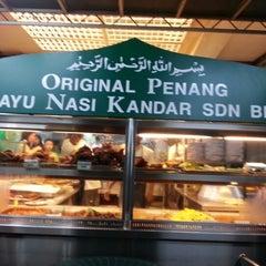 Photo taken at Original Penang Kayu Nasi Kandar by Muzlina on 7/7/2012