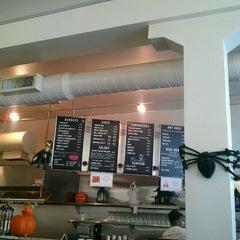 Photo taken at Jeffrey's Hamburgers by Ricardo A. on 11/1/2011
