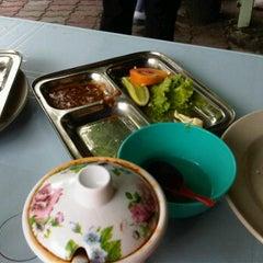 Photo taken at Warong Baroka (Pecal Lele & Pecal Ayam) by Herdyana H. on 11/23/2011