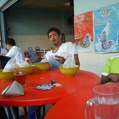 Photo taken at Restoran Malauwi by Kejang K. on 1/10/2012
