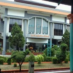 Photo taken at Stasiun Surabaya Gubeng by Romadhon H. on 1/20/2012