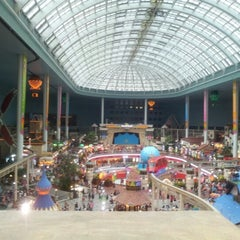 Photo taken at 롯데월드 (LOTTE WORLD) by Cristian de M. on 8/15/2012