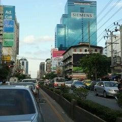 Photo taken at ถนนเพชรบุรี (Phetchaburi Road) by ณุ i. on 8/1/2011