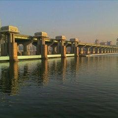Photo taken at 잠실대교 (Jamsil Bridge) by Eungbong K. on 1/16/2012