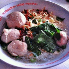 Photo taken at Mie Ayam & Bakso Sempurna Wonogiri by Albertus A. on 8/28/2011