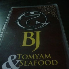 Photo taken at BJ Tomyam & Seafood by Lucas L. on 4/17/2012
