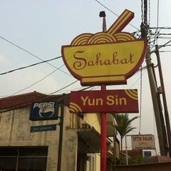 Photo taken at Mie Sahabat Yun Sin by Dhana Putra 龐. on 9/2/2012