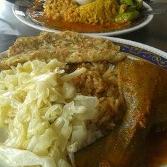 Photo taken at Nasi Kandar Makbul by Fariza H. on 8/28/2012