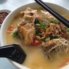 Photo taken at Woo Pin Fish Head Noodles by Anqi L. on 8/15/2012