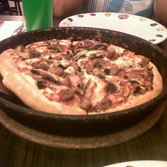 Photo taken at Pizza hut gajah mada by Dian M. on 5/27/2012