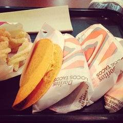 Photo taken at Taco Bell by Gee A W. on 8/9/2012