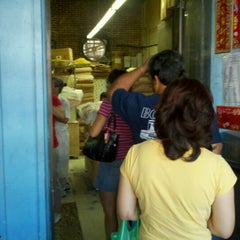 Photo taken at Yat Tung Chow Noodle by Harry C. on 1/22/2012