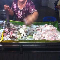 Photo taken at ข้าวต้มปลาเทพ ซ.แฉล้มนิมิตร by Aod S. on 2/11/2011