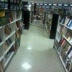 Photo taken at Livraria Leitura by Henrick A. on 1/10/2012