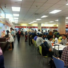Photo taken at Magic Food Point (ศูนย์อาหารเมจิกฟู้ดพอยท์) by J J. on 10/30/2011