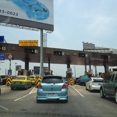 Photo taken at ทางพิเศษศรีรัช ส่วน C (Si Rat Expressway Sector C) by Piyada C. on 4/23/2012