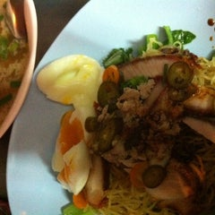 Photo taken at บะหมี่ไข่ลุงเฉื่อย (Lung Cheay Egg Noodles) by Sinith B. on 4/5/2012