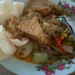 Photo taken at Nasi Uduk Uun by Ines I. on 11/22/2011