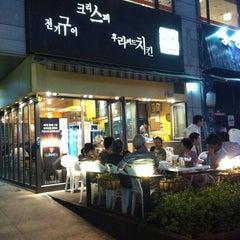 Photo taken at 깐부치킨 kkanbu chicken by 민수 김. on 8/28/2011