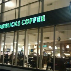 Photo taken at Starbucks Coffee TSUTAYA 横浜みなとみらい店 by Kazuhiro H. on 10/17/2011