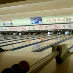 Photo taken at Shatto 39 Lanes by eliztesch on 2/11/2011