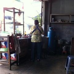 Photo taken at โจ๊ก-ต้มเลือดหมู by Ailadafa W. on 5/4/2011