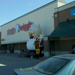 Photo taken at Piggly Wiggly by Adan H. on 10/8/2011