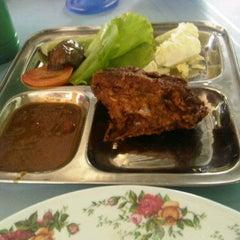 Photo taken at Warong Baroka (Pecal Lele & Pecal Ayam) by Zulk ♠. on 11/19/2011