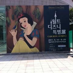 Photo taken at 월트디즈니 특별전; 꿈과 환상의 스토리텔러 by Jihee Y. on 9/1/2011