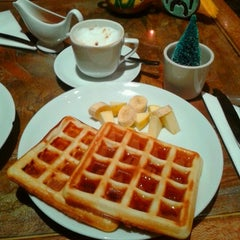 Photo taken at Artbridge Bookstore Café by Isabella Z. on 12/21/2011