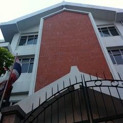 Photo taken at โรงเรียนสตรีวัดมหาพฤฒาราม (Mahaprutaram Girls' School) by kaewmini on 3/27/2012