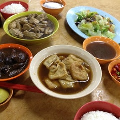 Photo taken at Heng Kee Bak Kut Teh 兴记肉骨茶 by Joey L. on 8/2/2012