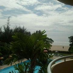 Photo taken at โรงแรมสวนบวกหาด (Beach Garden Hotel Cha-am) by Elizabeth R. on 7/23/2011
