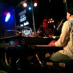 Photo taken at Ernie Biggs Dueling Piano Bar by Ryan L. on 9/7/2011