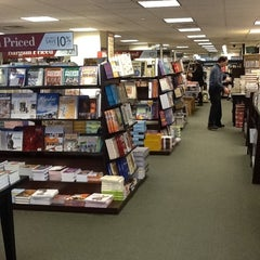Photo taken at Barnes & Noble by Denise Yuri S. on 4/27/2012