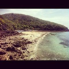 Photo taken at ท่าหน้าบ้าน เกาะล้าน by Juanes C. on 5/15/2012