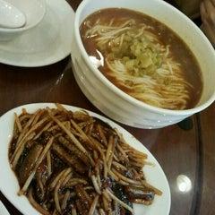 Photo taken at Wu Yueng Chun Shanghai Restaurant 滬揚川上海料理 by Yolanda L. on 12/1/2011