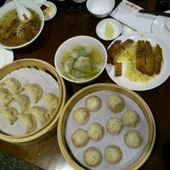 Photo taken at Din Tai Fung 鼎泰豐 by Gaara Y. on 10/29/2011