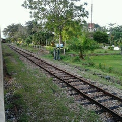Photo taken at สถานีรถไฟบางแก้ว (Bang Kaeo) SRT4331 by get y. on 12/17/2011