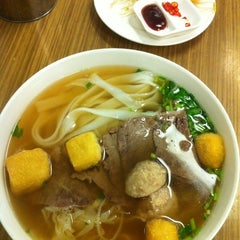 Photo taken at 翁三牛肉河粉 by Tan Y. on 8/2/2011