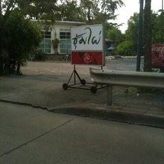 Photo taken at สวนอาหารซุ้มไผ่ (Sum Phai Restaurant) by Jirawat R. on 9/13/2011