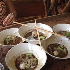 Photo taken at เรือทอง (Rue Thong Boat Noodle) by Chompoo P. on 5/1/2012